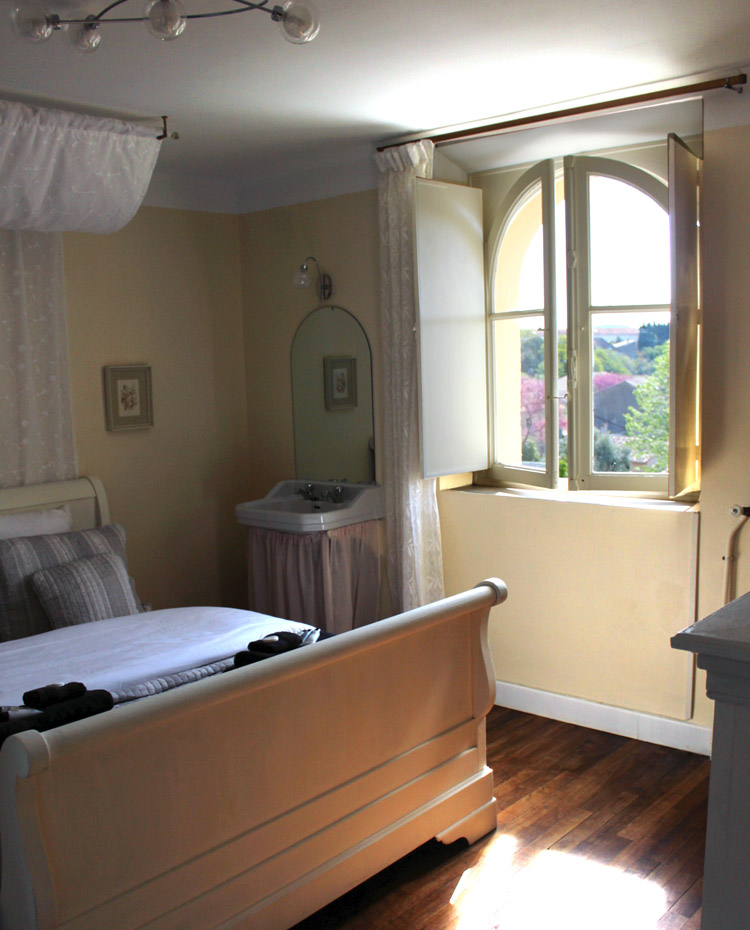 Chambres dhotes carcassonne bed and breakfast room
